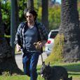 """""""Ben Affleck, derrière ses lunettes de soleil, se balade avec son chien, le 2 janvier 2012 à Los Angeles"""""""