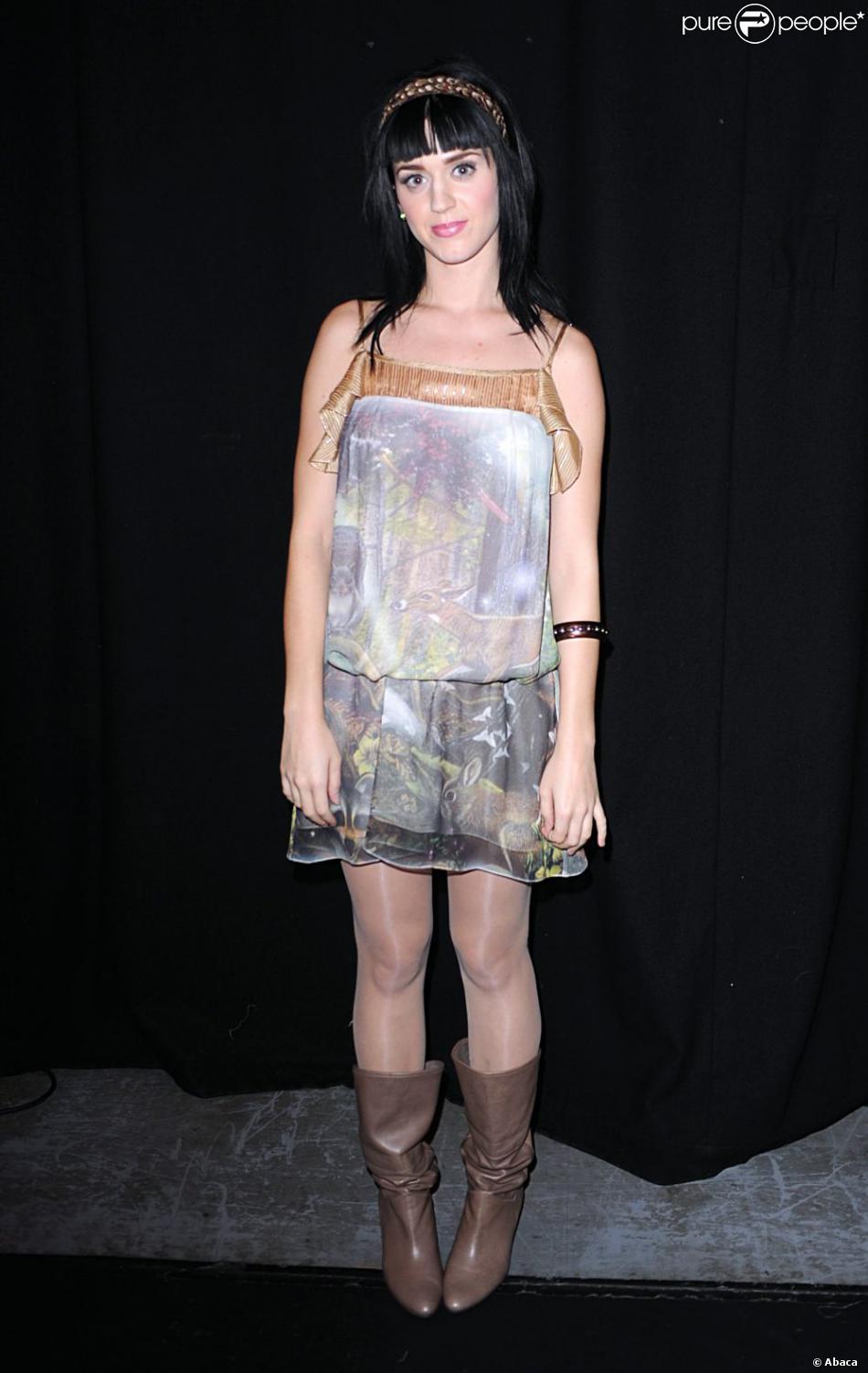 3fb354e2804db5 Katy Perry réalise un très beau fashion faux pas avec une robe à l imprimé  cosmique et des bottes marrons. Londres