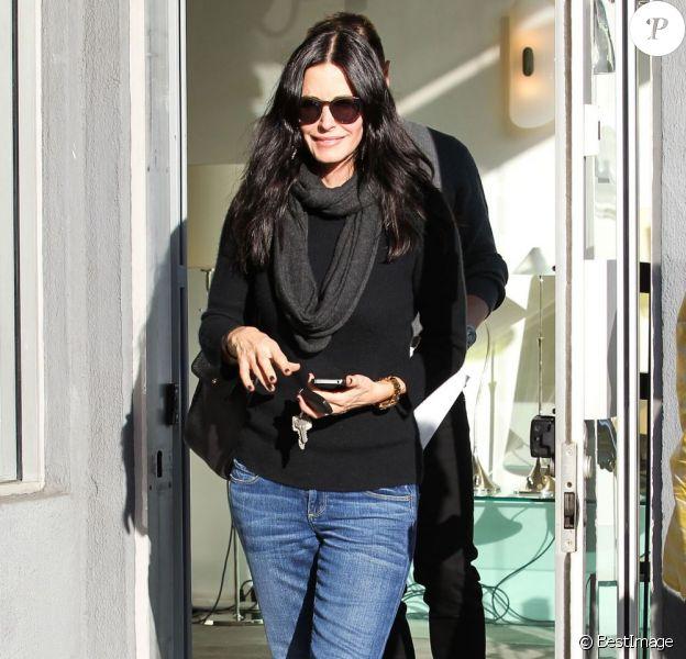 Courteney Cox en pleine séance shopping dans les rues de Los Angeles. Le 17 janvier 2012