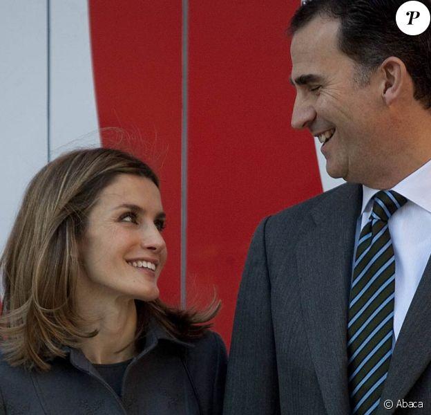 Felipe et Letizia d'Espagne découvraient le 19 janvier 2012 l'exposition itinérante consacrée aux 75 ans de RNE, la radio nationale d'Espagne, une véritable institution.