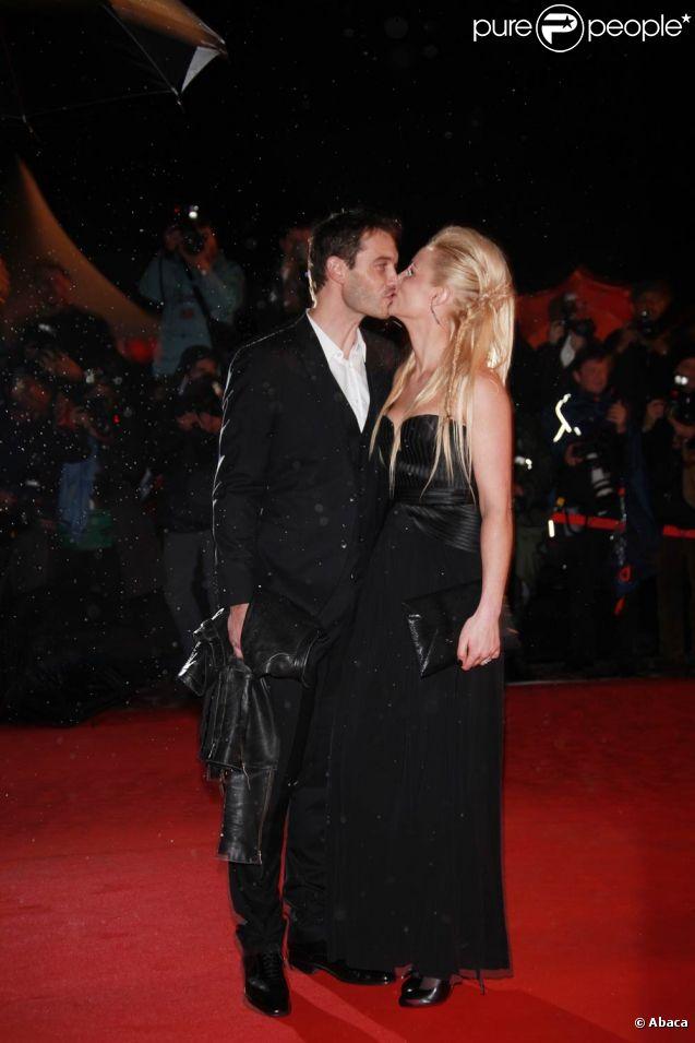 Elodie Gossuin et son époux Bertrand Lacherie sur le tapis rouge de la 13e édition des NRJ Music Awards, au palais des festivals de Cannes, le 28 janvier 2012.