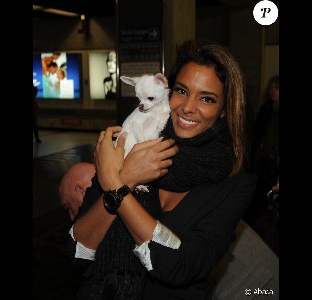 Shy'm et son chien arrivent à l'aéroport de Nice, le 27 janvier 2012