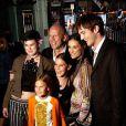 Demi Moore, Bruce Willis, leurs filles Rumer, Scout, Tallulah, et Ashton Kutcher et en 2003 à Los Angeles.