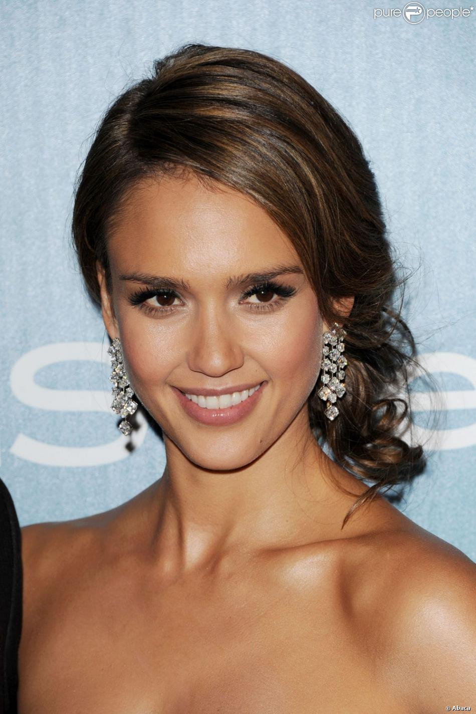 jessica alba porte un chignon flou et bas pour une coiffure glamour sans effet fig un must. Black Bedroom Furniture Sets. Home Design Ideas