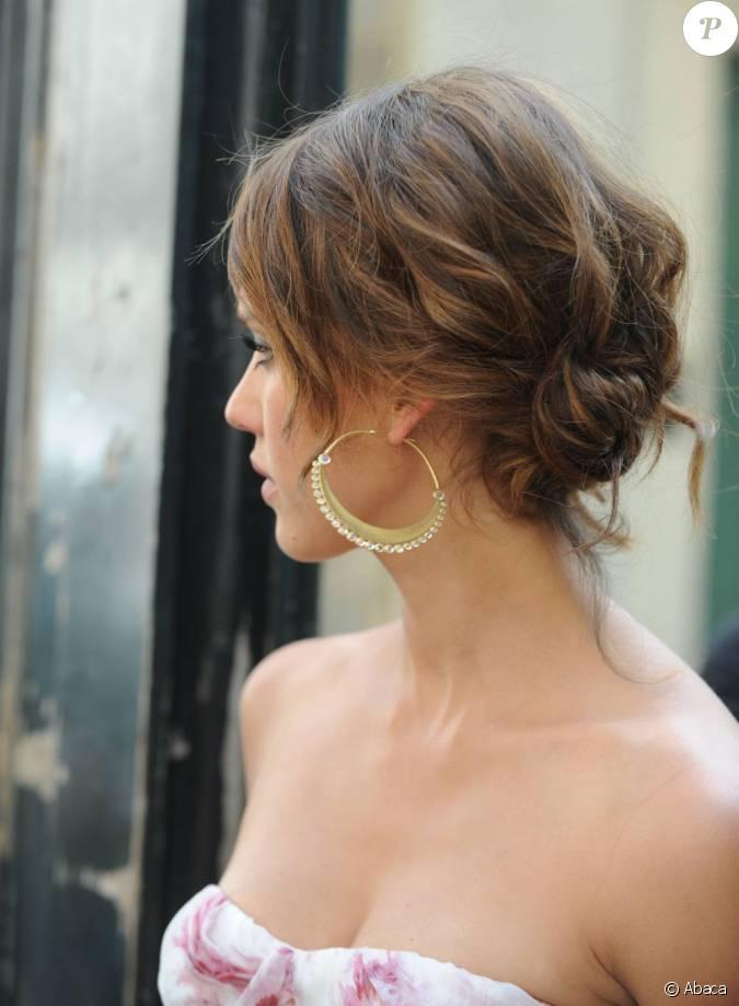 Jessica alba adopte un chignon ondul mis en valeur par des m ches qui donnent de la profondeur - Chignon bas flou ...