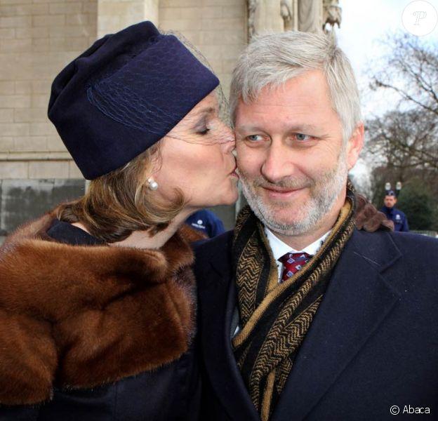 La princesse Mathilde et le prince Philippe de Belgique, tout sourire, se sont montrés complices, comme à leur habitude, bisou en prime... La famille royale belge s'est rassemblée en l'église Notre-Dame de Laeken au matin du 16 février 2012 pour honorer la mémoire de ses défunts aïeux et se recueillir dans la crypte royale.