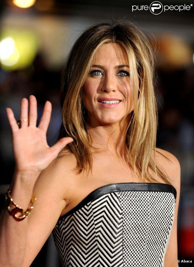 Jennifer Aniston radieuse en Tom Ford à la première de Wanderlust à Los Angeles. Le 16 février 2012