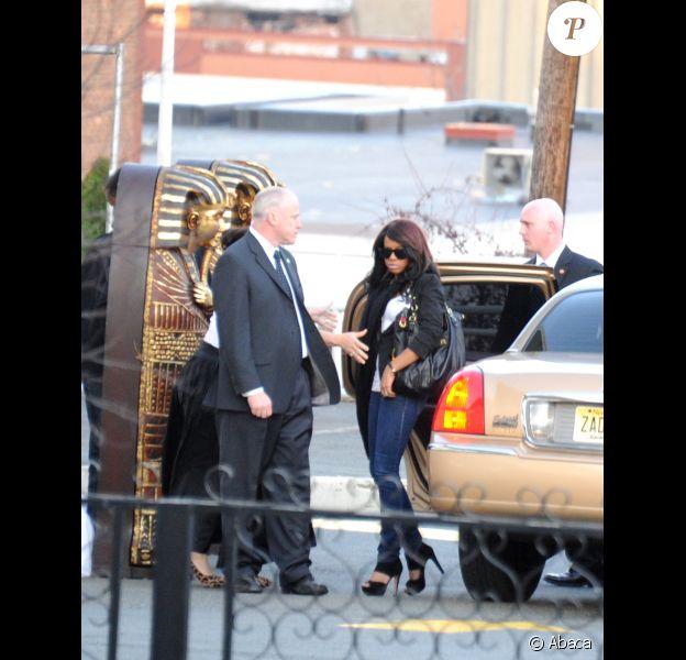 Sa fille Bobbi arrive avec la famille et des amis proches de Whitney Houston le 17 février 2012 au Funerarium de Newark