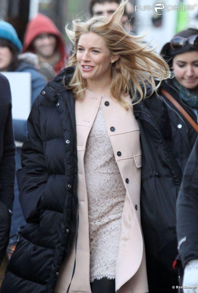 Sienna Miller sur le tournage du film A Case of You avec Justin Long dévoile son ventre rond de femme enceinte. New York, le 17 février 2012