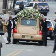 Le cercueil dans lequel repose Whitney Houston quitte l'église New Hope de Newark. Le 18 février 2012