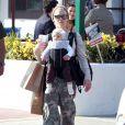 Pink et sa fille Willow se sont accordées une petite après midi entre filles sous le soleil de Malibu. Au programme : shopping et balançoire ! Le 18 février 2012.