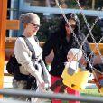 Pink et sa fille Willow respirent le bonheur à deux lors de cette après-midi shopping à Malibu, le 18 février 2012.