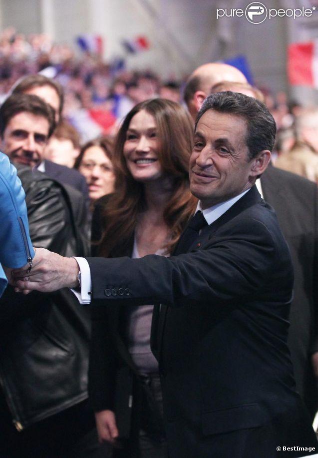 Carla Bruni-Sarkozy et Nicolas Sarkozy fendent la foule réunie au Parc Chanot à Marseille, le 19 février 2012.