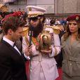 """Sacha Baron cohen alias """"The Dictator"""" renverse les cendres du dictateur coréen Kim Jong-Il sur le présentateur Ryan Seacrest."""