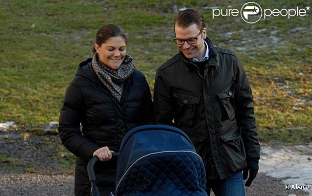 Heureux, la princesse Victoria et le prince Daniel de Suède promènent à Stockholm, le 27 février 2012, leur fille la princesse Estelle, née le 23 février.