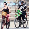 Pink, Carey Hart et leur fille Willow Sage, promenade en vélo dans les rues de Santa Monica, le 4 mars 2012.