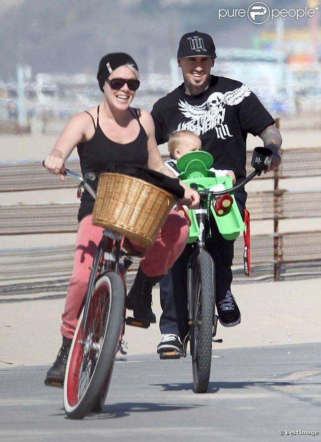 Pink, Carey Hart et leur fille Willow Sage, dans les rues de Santa Monica, le 4 mars 2012.