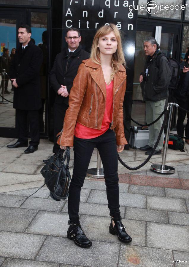 Clémence Poésy se la jouait rock lors du défilé Balenciaga à Paris. Le 1er mars 2012.