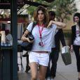 Elisabetta Canalis dévoile ses superbes gambettes dans un mini-short blanc usé. Los Angeles, le 14 mars 2012.