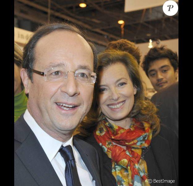 François Hollande et Valérie Trierweiler, détendus et complices au Salon du Livre le 18 mars 2012 à Paris