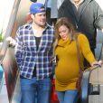 Hilaru Duff enceinte et son mari Mike Comrie font du shopping à Los Angeles en février 2012