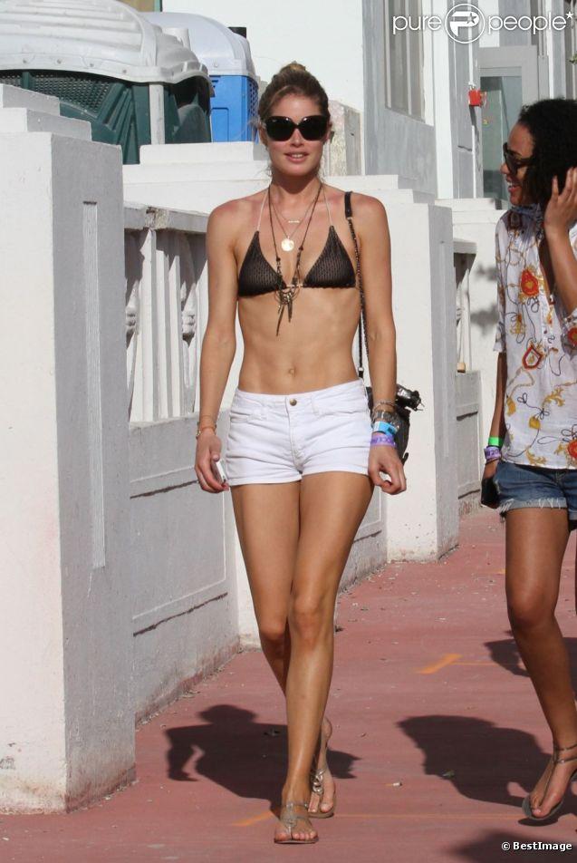 Doutzen Kroes expose sa plastique irréprochable à Miami dans un haut de bikini et un mini-short. Le 22 mars 2012.
