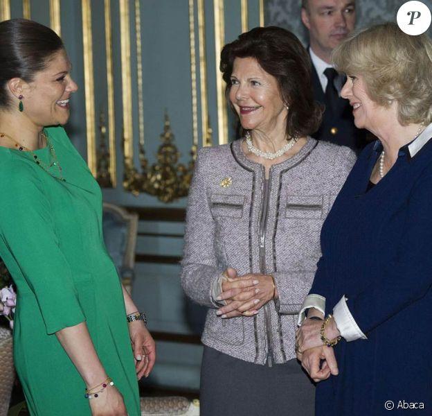 La princesse Victoria avec sa mère la reine Silvia et la duchesse de Cornouailles Camilla Parker Bowles. Le prince Charles et la duchesse Camilla, à Stockholm dans le cadre de leur tournée en Scandinavie pour le jubilé de diamant de la reine, étaient honorés par un déjeuner officiel au palais Drottningholm, le 23 mars 2012.