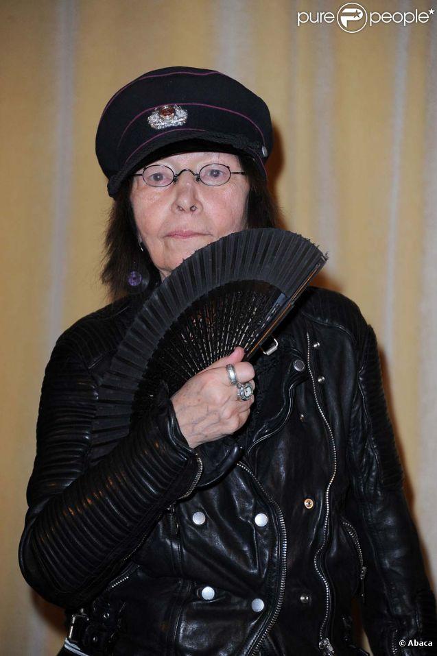 Brigitte Fontaine reçoit la médaille Grand Vermeil de la ville de Paris, le 22 mars 2012.