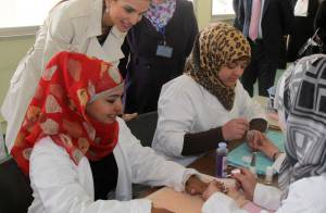 La reine Rania : SOS maman, coquette ou gourmande, elle signe son engagement