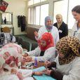 La reine Rania de Jordanie en visite à l'atelier manucure au centre d'apprentissage VTC de Marka, le 19 mars 2012. Deux jours plus tard, elle se déplaçait au centre SOS Children's Village d'Amman, le 21 mars 2012, jour de la Fête des Mères.