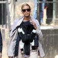 Beyoncé en ballerines Charlotte Olympia et sa fille Blue Ivy chaussée en Marc Jacobs, se baladaient dans le quartier de Tribeca à New York. Le 13 mars 2012.