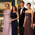 La princesse Marie de Danemark (en bleu, entre la princesse Benedikte et le prince Joachim) retrouvait, deux mois après avoir donné naissance à une petite fille le 24 janvier, sa belle-soeur la princesse Mary et faisait son retour officiel lors du dîner donné en l'honneur du prince Charles et de Camilla Parker Bowles par la reine Margrethe II de Danemark, le 26 mars 2012.