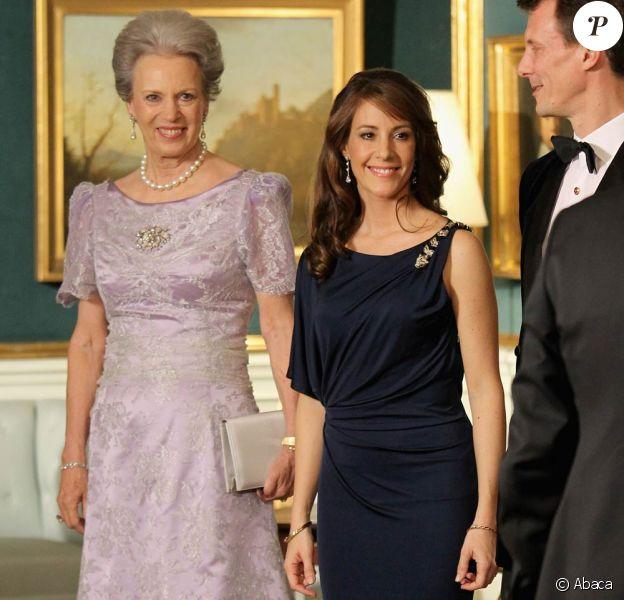 La princesse Marie de Danemark, deux mois après avoir donné naissance à une petite fille le 24 janvier, a fait son retour officiel lors du dîner donné en l'honneur du prince Charles et de Camilla Parker Bowles par la reine Margrethe II de Danemark, le 26 mars 2012.