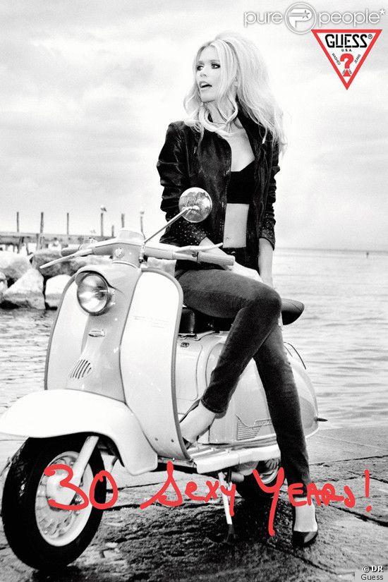 Claudia Schiffer sur la campagne anniversaire de la maison Guess