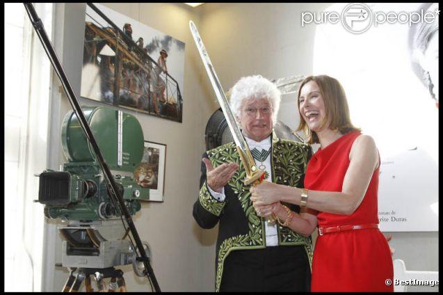 Jean-Jacques Annaud et Carole Bouquet lors de son installation au sein de l'Académie des Beaux-Arts à Paris le 28 mars 2012