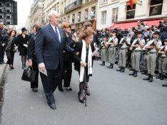 Les honneurs militaires pour Yves Saint Laurent sous les yeux de sa maman...