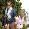 Jennifer Garner, cachant ses rondeurs, emmène sa fille Violet à son cours de danse, le 1er avril 2012 à Los Angeles