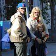Laura Dern et Ben Harper complices lors d'une balade en famille avec leur fille à Los Angeles. Mars 2012