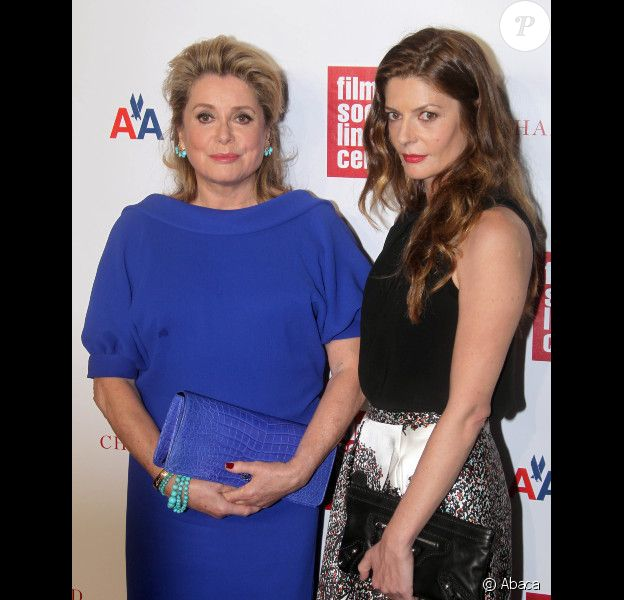Catherine Deneuve est honorée au Chaplin Gala Award, devant sa fille Chiara Mastroianni le 2 avril 2012 à New York.