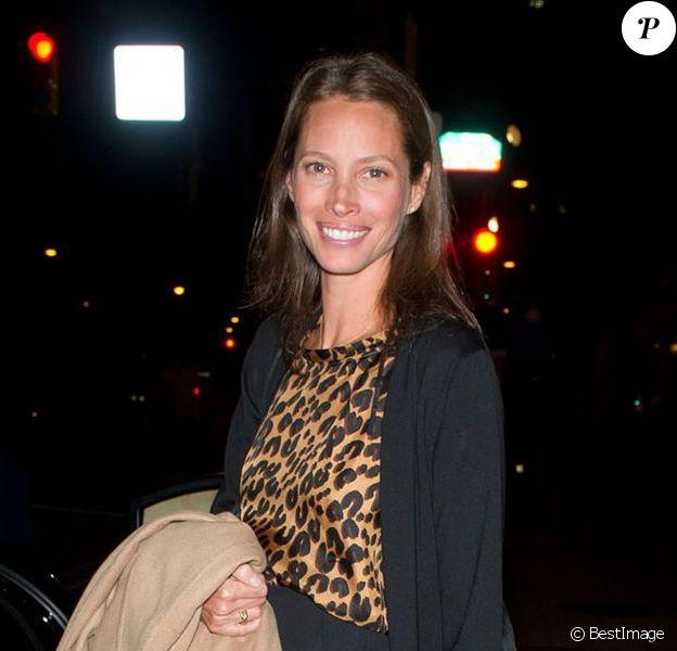 Christy Turlington, femme engagée et souriante, sortait de la Pennsylvania Academy of the Fine Arts pour les 40 ans de la fondation PHMC. Philadelphie, le 3 avril 2012.