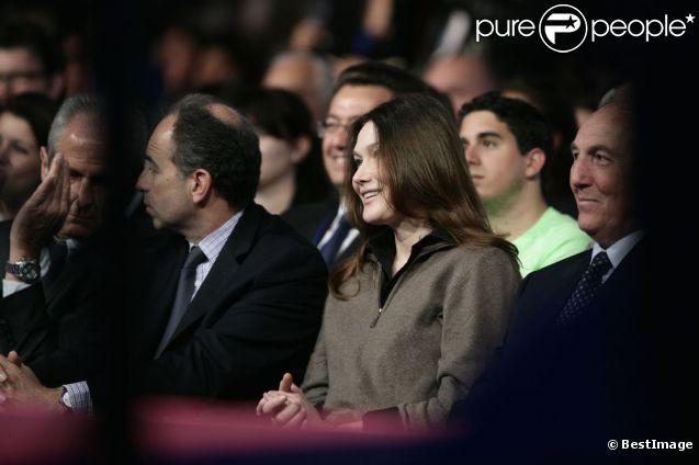 Carla Bruni-Tedeschi, aux côtés de Jean-François Copé, au meeting UMP de Nicolas Sarkozy, à Saint-Raphaël. 7 avril 2012