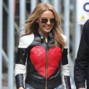Kylie Minogue, sexy en diable, enfourche une moto pour des sensations fortes