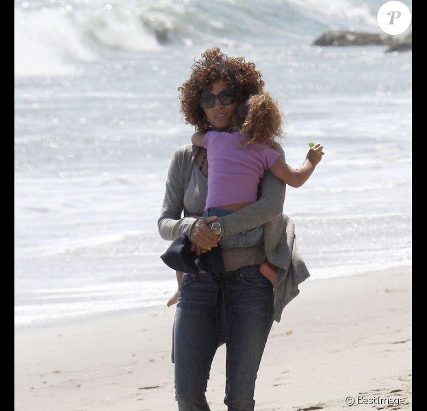 Halle Berry et sa fille Nahla, sur une plage de Malibu, le samedi 21 avril 2012.