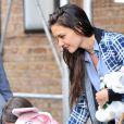 Suri Cruise et Katie Holmes se rendent à un cours de gym à New York. Et mère et fille portent chacune une peluche ! Le 27 avril 2012.