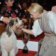 La princesse Charlene félicite le chien qui remporte la deuxième place, lors d'un concours canin à Monaco le 28 avril 2012