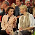 La baronne Elisabeth-Anne de Massy et la princesse Charlene lors d'un concours canin à Monaco le 28 avril 2012